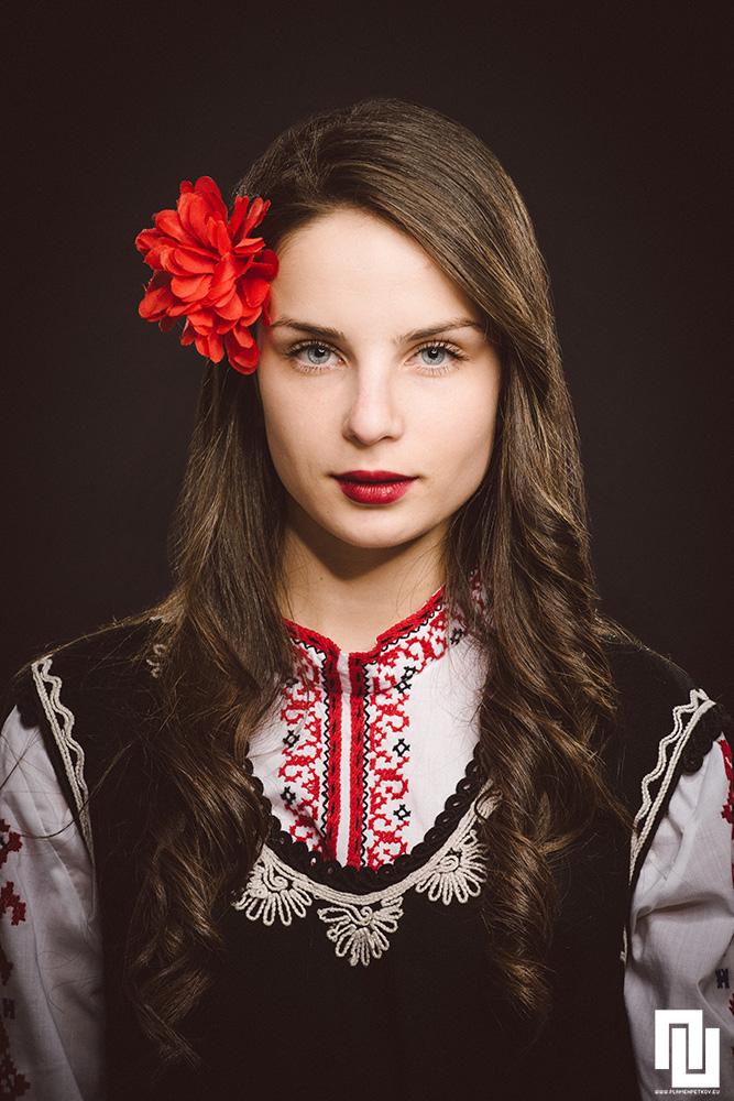 Момиче в граовски литак от Пернишко