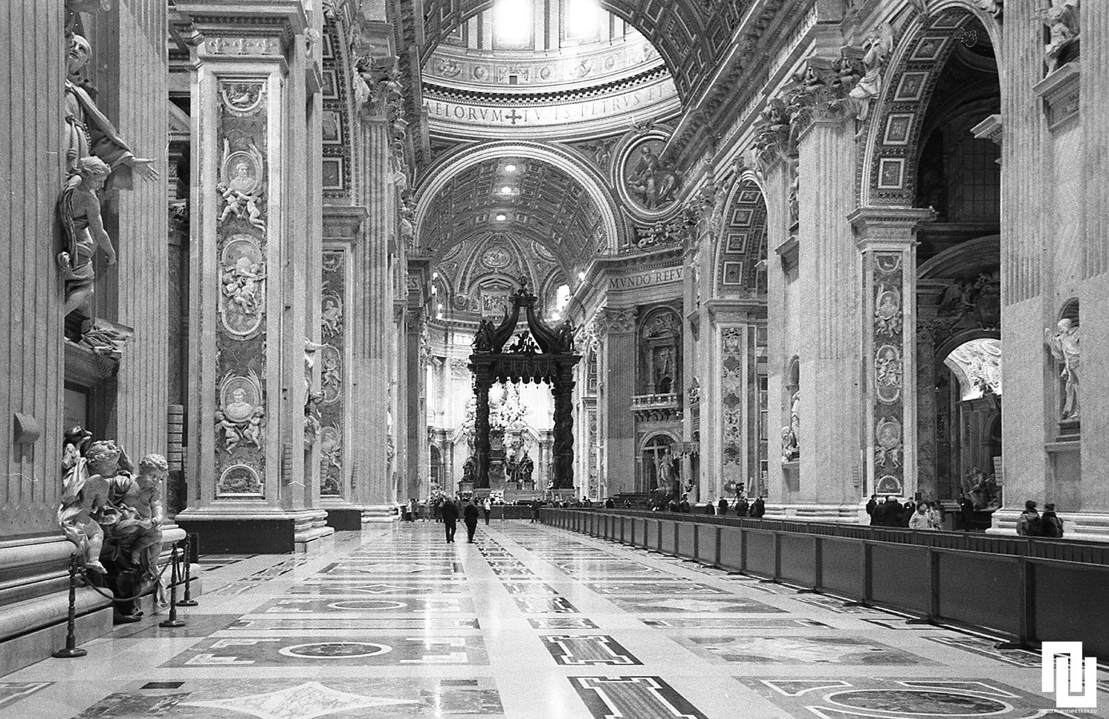 Базилика Св. Петър от вътре