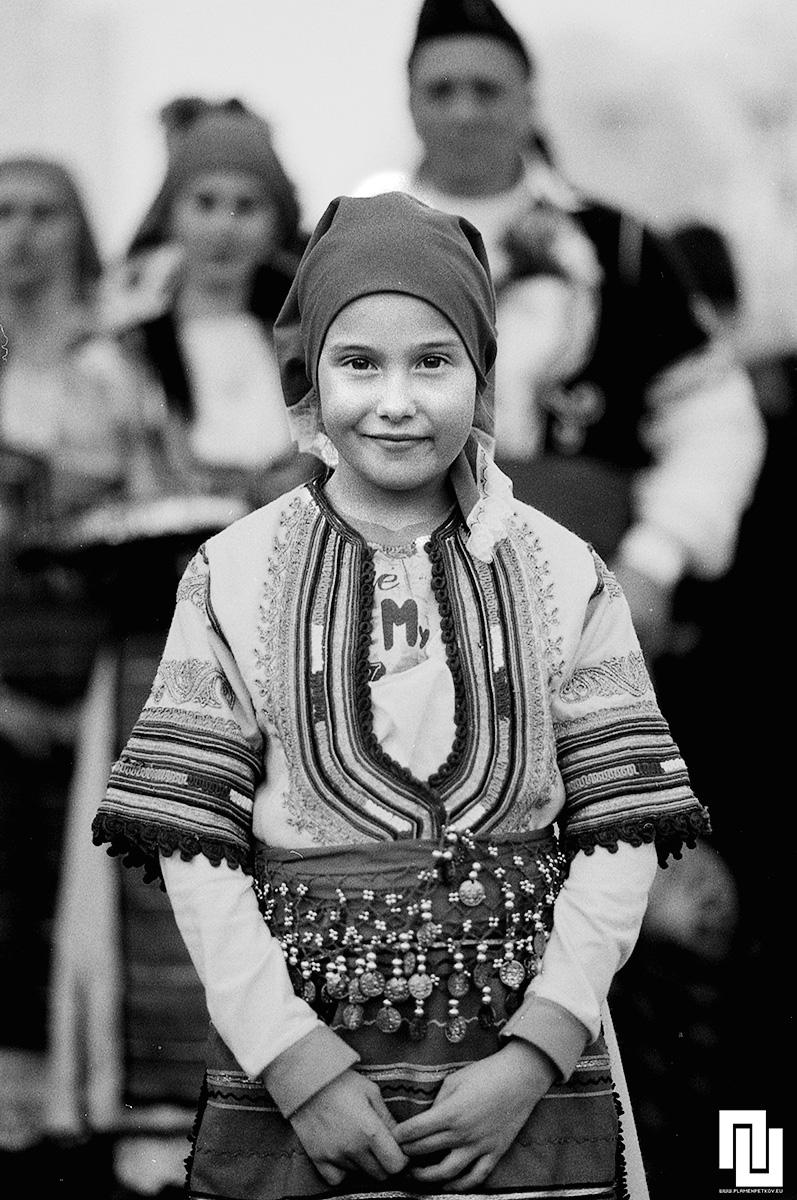 Малко момиче в литак от пернишко. Ilford HP5 400