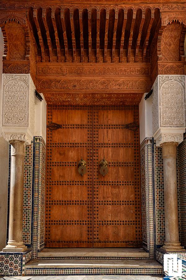 Дърворезба и орнаметни по и над вратите, в Корана е забранено изобразяването на светиите.  Фес  Мароко, медината